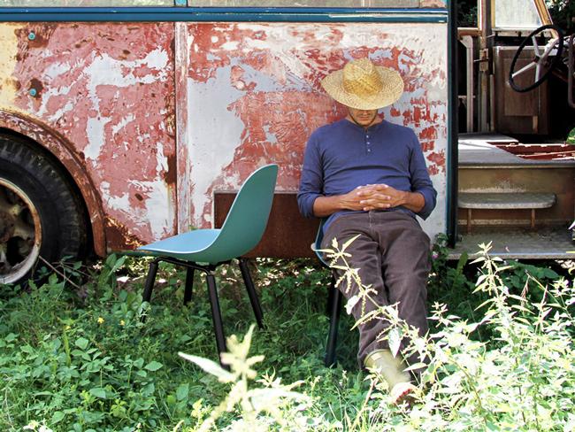座在TOOU椅子上,在戶外打盹