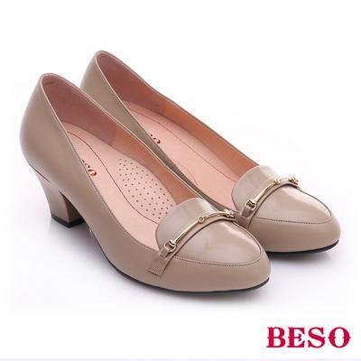 BESO◆極簡風格 真皮鏡面金屬飾扣粗跟鞋 ^~米色