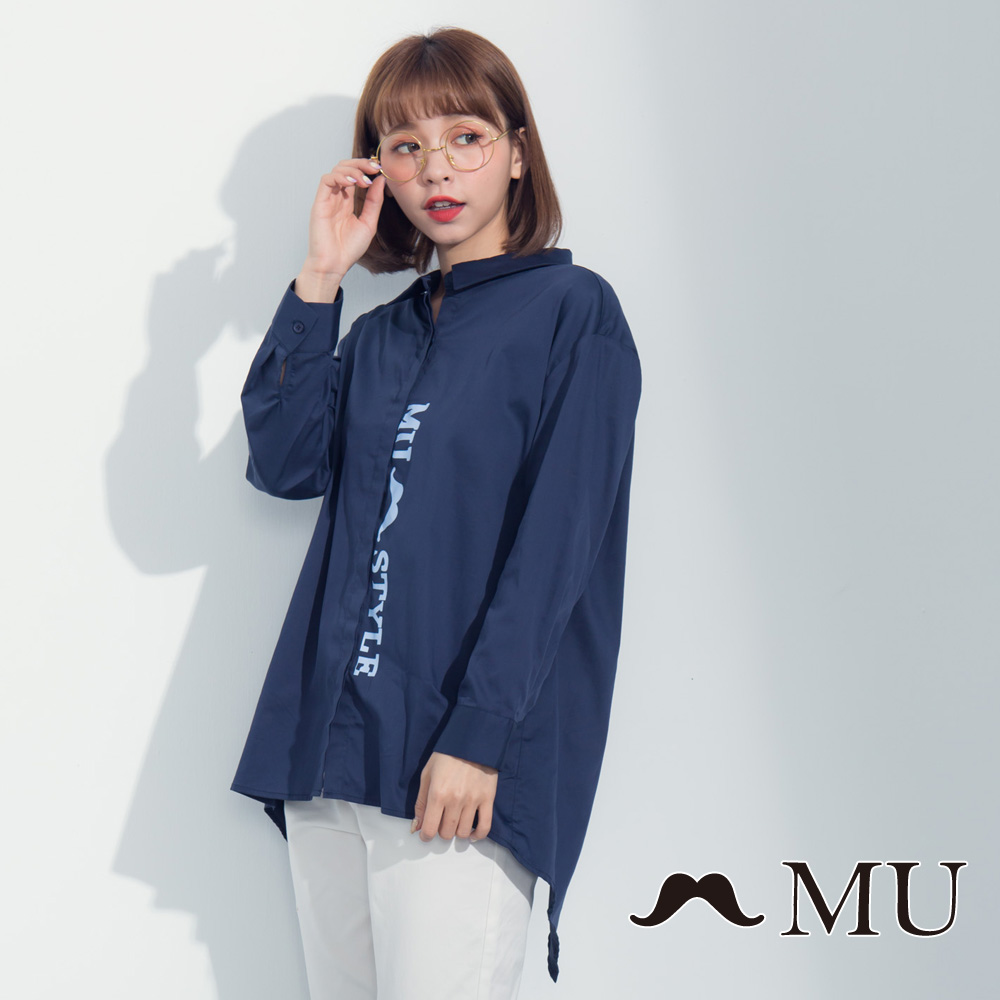 【MU】LOGO印花前短后长后开岔衬衫(蓝色)8323163