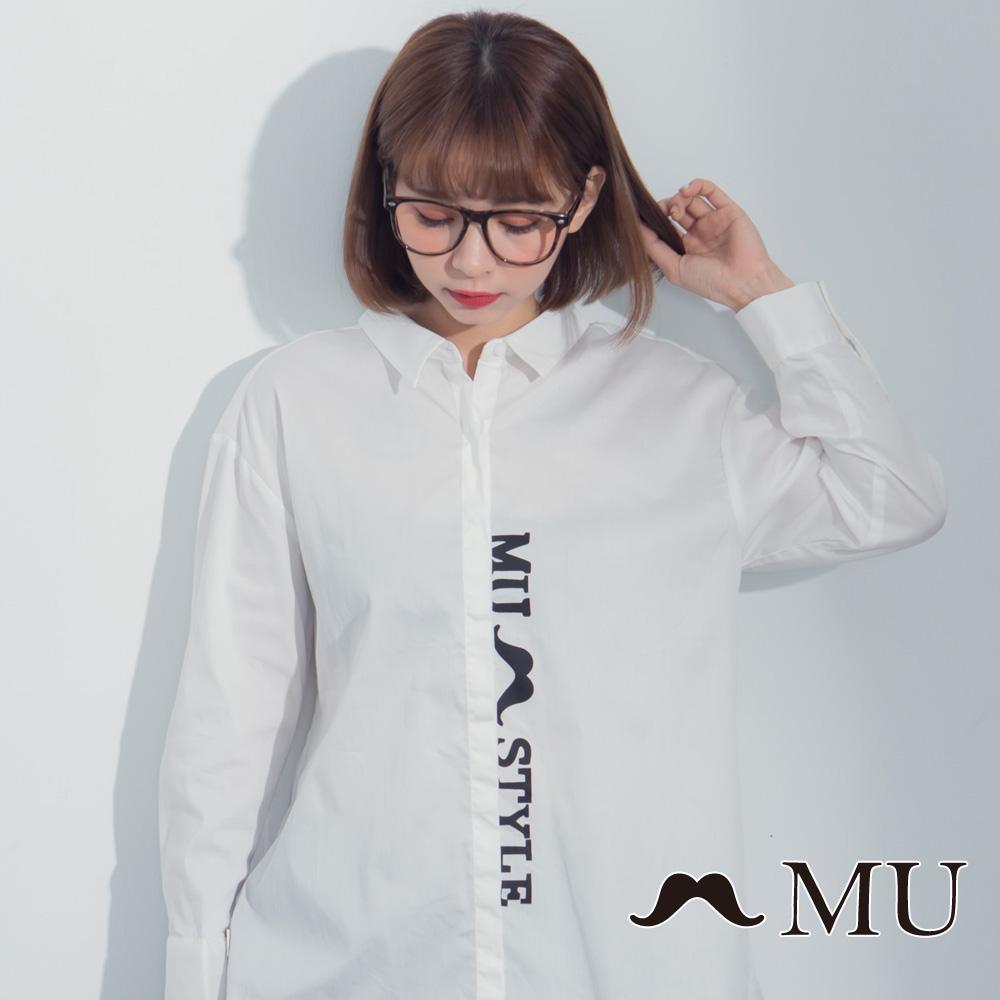 【MU】LOGO印花前短后长后开岔衬衫(白色)8323163