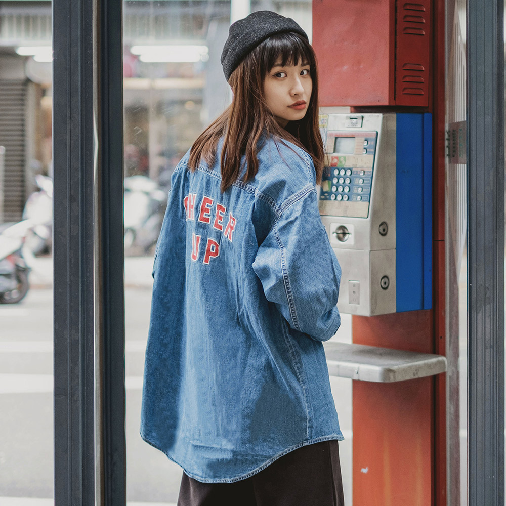 Levi's官方旗艦店 襯衫外套 女款 / Oversize 寬鬆版型 / 立體字母刺繡 / 質感金屬扣